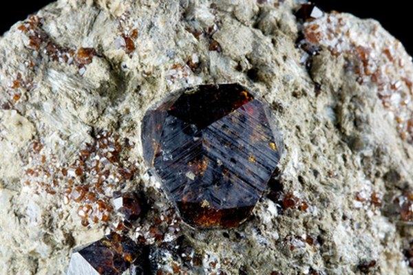 Un granate tal como aparece en la naturaleza.