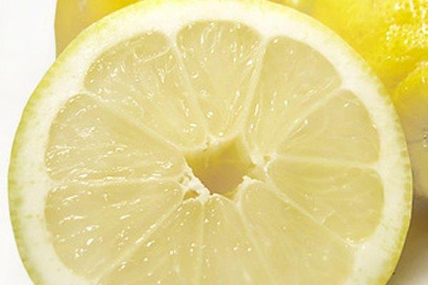 El limón contiene ácido cítrico.