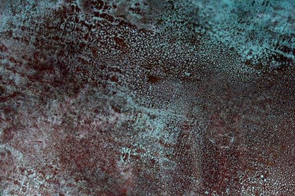 El cobre y el latón obtienen una pátina azul cuando se expone a amoníaco y sal.