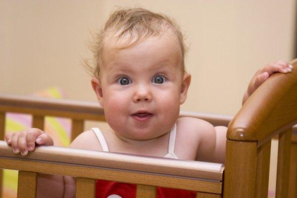 Nuevos hitos del desarrollo como de pie pueden mantener a tu bebé enérgico a la hora de dormir.