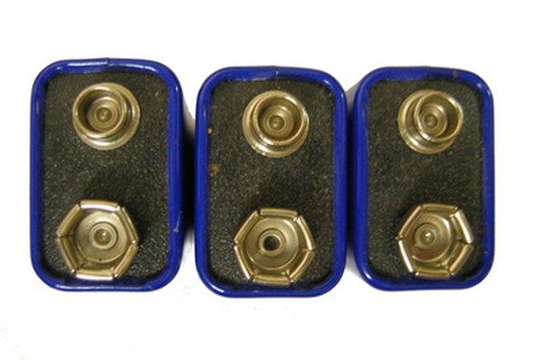Conecta pilas en serie para hacer una batería de 12 voltios.