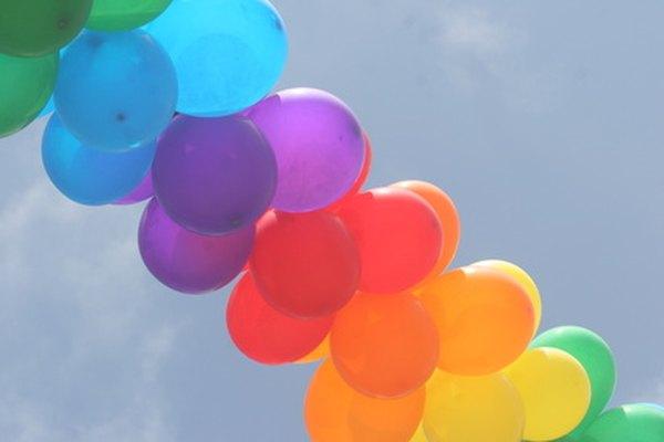Los globos llenos de aire se mantienen inflados por más tiempo que los inflados con helio.