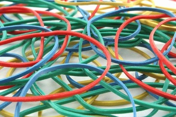 Los niños juegan juegos simples usando sólo bandas elásticas.