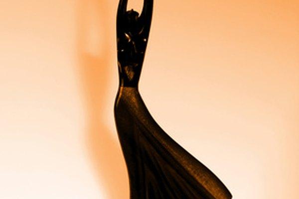 Una bailarina recortada en blanco muestra una pose de baile.