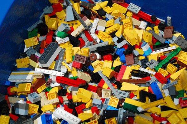 Dale instrucciones a tu niño para construir una estructura de bloques.