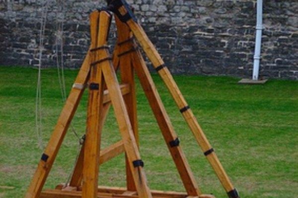 Ampliamente usadas en la guerra antigua, las catapultas usan la tensión y la presión para lanzar dispositivos u objetos.
