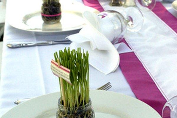El capitán de banquete supervisa al personal en un evento de catering.