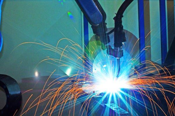Los brazos del robot realizan muchas funciones en el sector manufacturero.