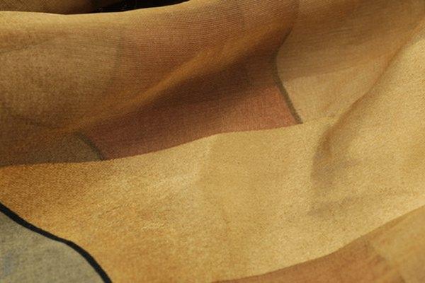 El poliéster es una tela de que a menudo se resiste a las arrugas.