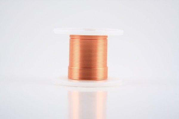 Encuentra el diámetro de un alambre de cobre con una tabla AWG.