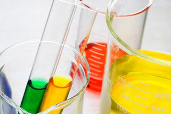 Comprueba el nivel de pH del papel con una solución indicadora.