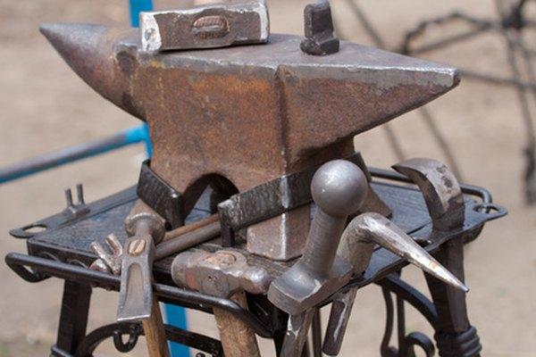 Los forjadores de metal utilizan la fuerza para dar forma a una pieza de metal.