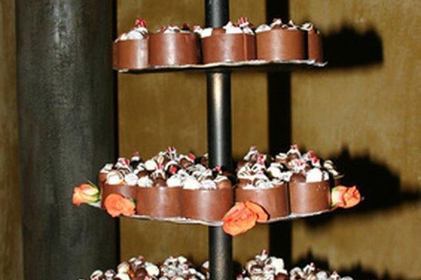 Las bandejas escalonadas son una manera perfecta de presentar y servir deliciosos dulces a los invitados de la boda.