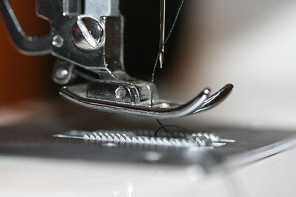Puedes utilizar una máquina de coser estándar para hacer un dobladillo de lechuga en la organza.