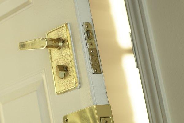 Quita la cerradura de la puerta para poder lubricarla dentro.
