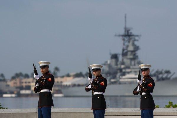 Detalle del fuego del Cuerpo de Marines de EE.UU. y el USS Missouri en Pearl Harbor, Hawai.