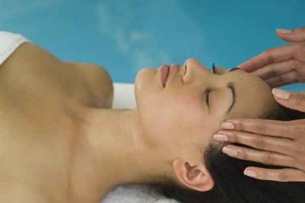 Además de ayudar a los pacientes con el cuidado de la piel, las esteticistas médicas pueden proporcionar servicios de masajes terapéuticos.