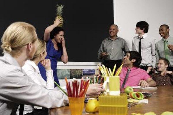 Algunas compañías sostienen reuniones informales para promover la asimilación de los empleados en el lugar de trabajo.