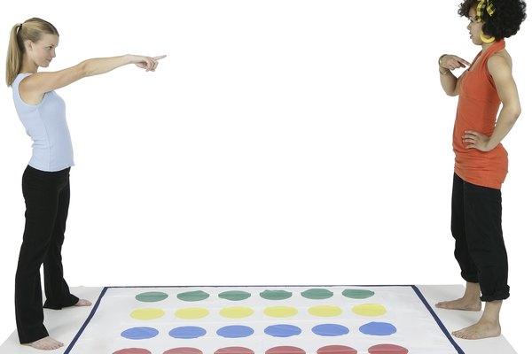 Twister puede jugarse tanto al aire libre como en el interior del hogar.