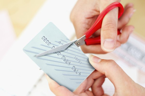 Las tarjetas que quedan en el ATM pueden ser destruidas por la máquina o por el personal del banco.