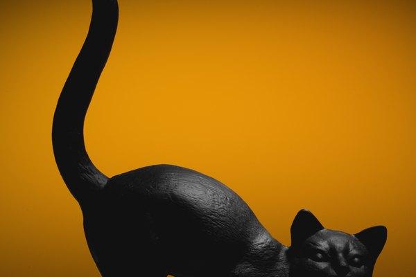 Es fácil y divertido hacer tu propia decoración de gato negro.