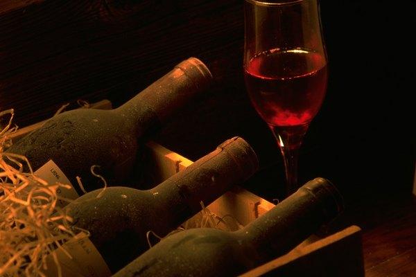 Deja que la etiqueta se seque antes de cortarla y adherirla a la botella de vino.