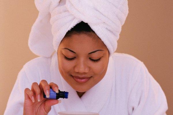 Levanta la tapa del recipiente de relleno de aceite perfumado Glade vacío.