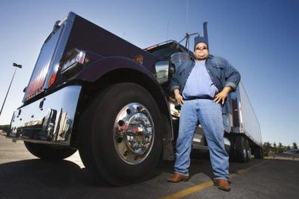 Los conductores de camiones de larga distancia conducen camiones pesados atravesando todo el país.