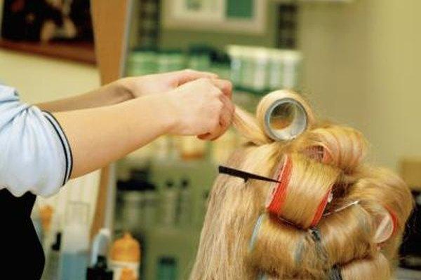 El trabajo de asistente incluye secar y preparar el cabello.