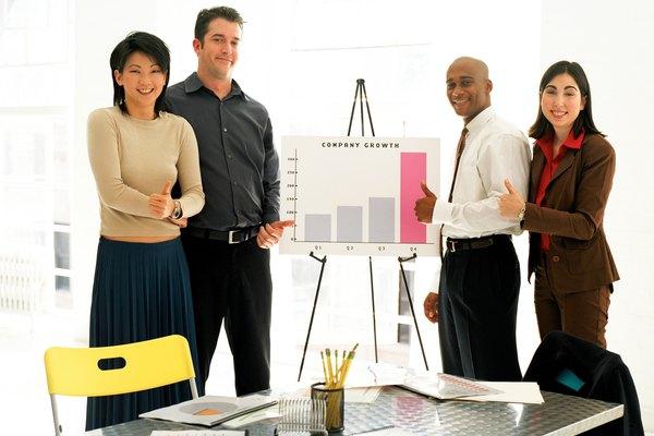 Pide consejo a otros en el campo de posibles panelistas que se expresen bien y ofrezcan perspectivas interesantes.