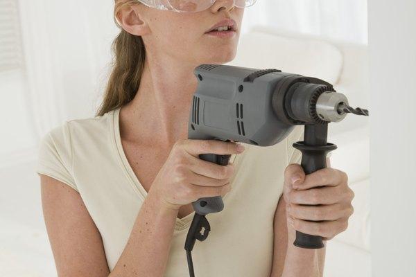 Utiliza la herramienta dremel con una broca de lijado muy gruesa.