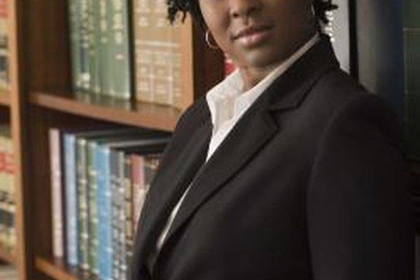 Los abogados suelen ganar más dinero en la práctica privada que en el servicio público.