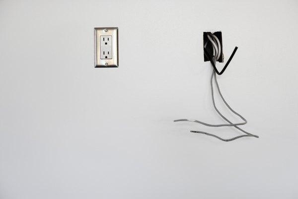 Aplica el polvo en los enchufes eléctricos quitando la tapa y vertiéndolo adentro.
