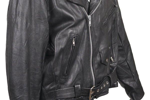 Usa una chaqueta de cuero sintético como parte de tu atuendo.
