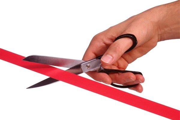 Unas tijeras baratas son hechas con remaches ajustables.