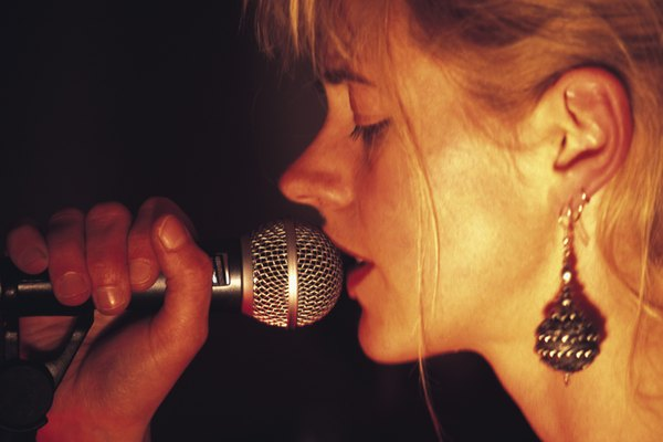 El fraseo vocal tiene significados relativos tanto a la estructura de la composición de una canción como a los elementos interpretativos en el rendimiento de un cantante.