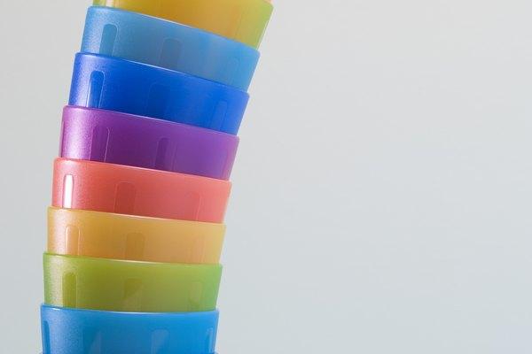 Los vasos de plástico son elementos versátiles para tener en la casa.