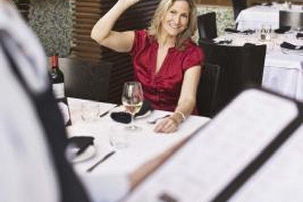 La paciencia con los clientes más exigentes es una habilidad clave para los camareros.