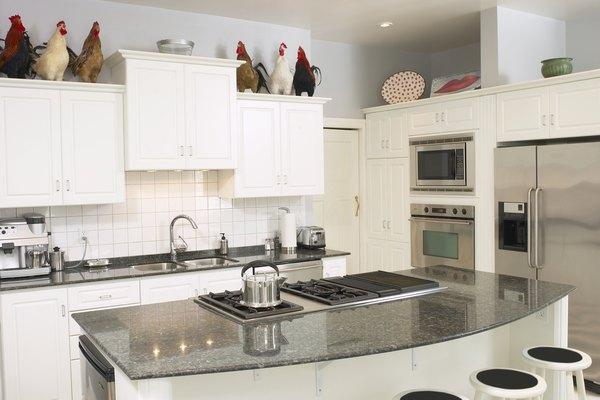 Las puertas del refrigerador se pueden revertir para abrir en la dirección opuesta quitando los accesorios y moviéndolas hacia el otro lado.