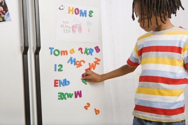 Coloca imanes de refrigerador en tu refrigerador tamaño niño para incentivar a tu hijo a leer.