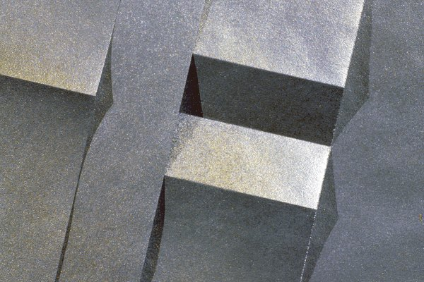La plata, el más brillante de todos los metales, se utiliza comúnmente en joyas y monedas.