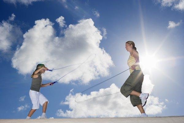 Enseñar a los niños a saltar la cuerda ayuda a construir su autoestima.