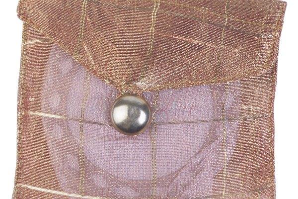 Los botones de presión pueden estar en pantalones, carteras, camisas, bolsas y otros.