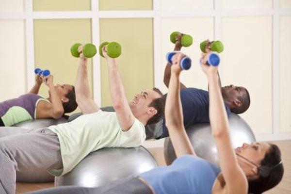 Los entrenadores físicos enseñan nuevos ejercicios al grupo.