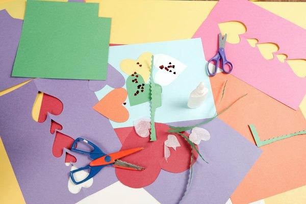 Para flores multicolores, pon huellas de manos sobre papel blanco con pintura de diferentes colores.