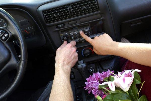 Debido a que el reloj está integrado a la radio, se puede poner a tiempo usando sus controles.