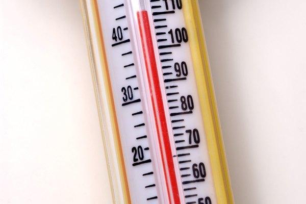 Mide la temperatura ambiente mediante el uso de un termómetro de mercurio de laboratorio.