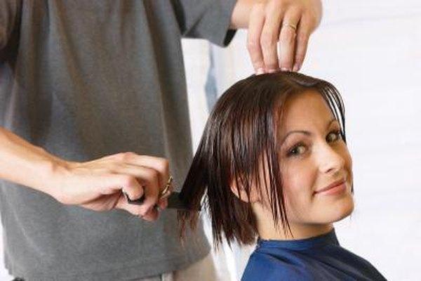 Los peluqueros aconsejan a las personas sobre los buenos hábitos para el cuidado del cabello.