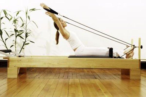 Los instructores de Pilates ayudan a los clientes a mejorar su fuerza y flexibilidad.