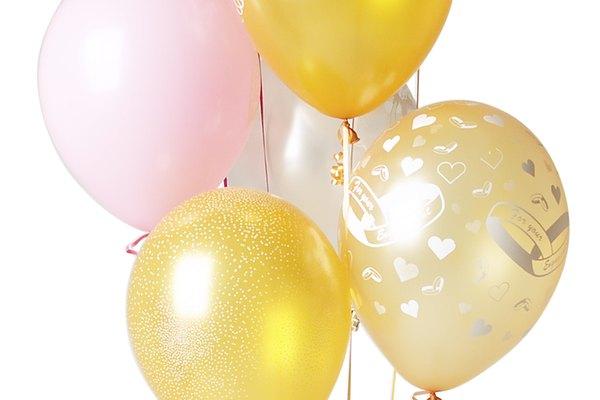 Tú puedes crear pesas artesanales para mantener atados tus globos durante tu fiesta.